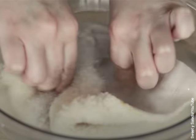 Foto de unas manos lavando un trozo de callo