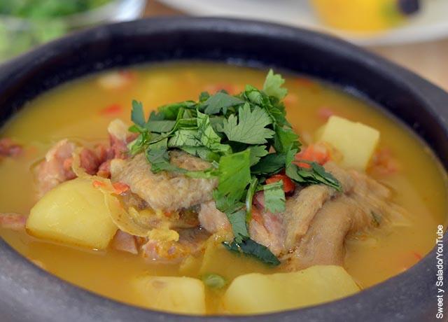 Foto de una vasija de sopa que muestra el mondongo y su receta