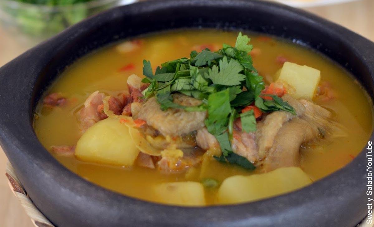 Foto de un plato de sopa que revela el mondongo y su receta