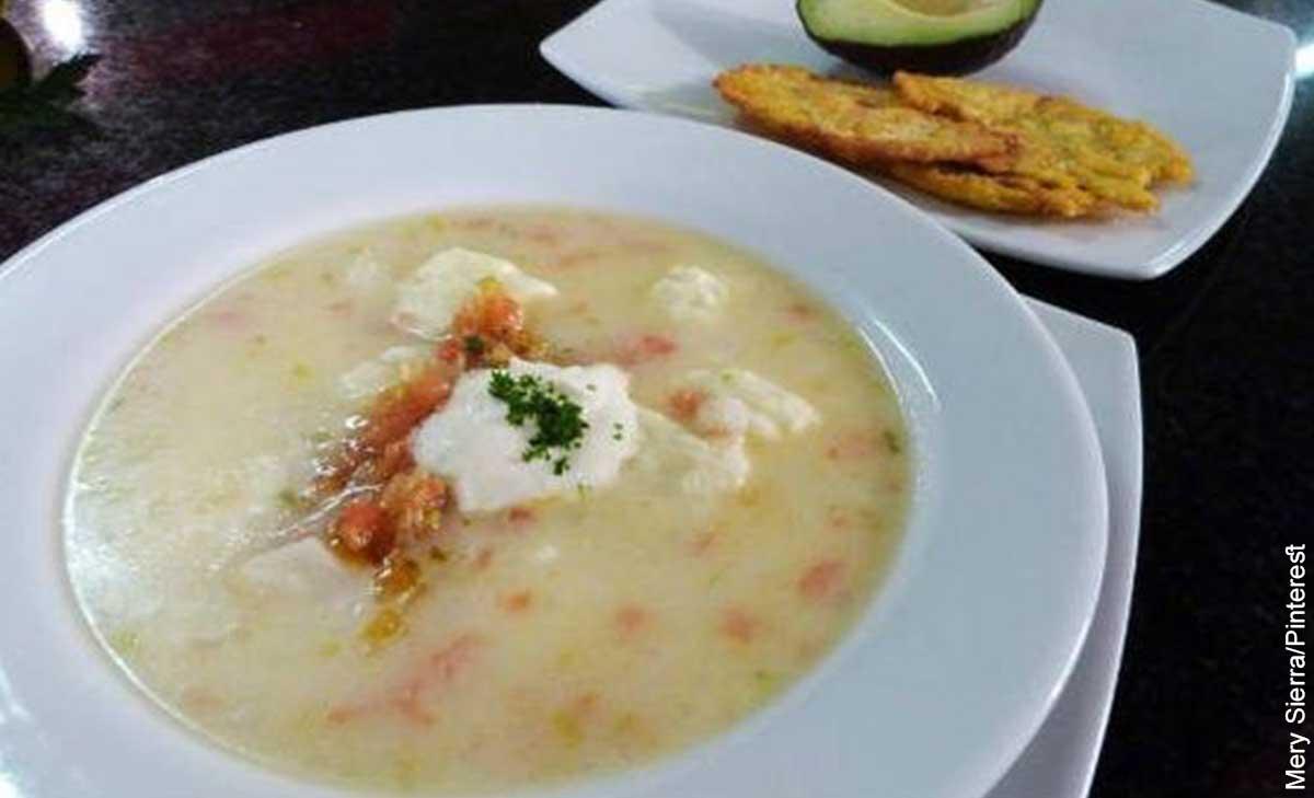 Foto de un plato de sopa con patacones que muestra el mote de queso y su receta