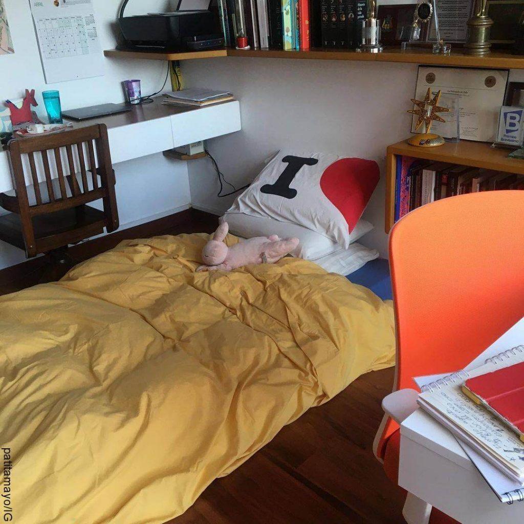 Foto de una cama en el piso
