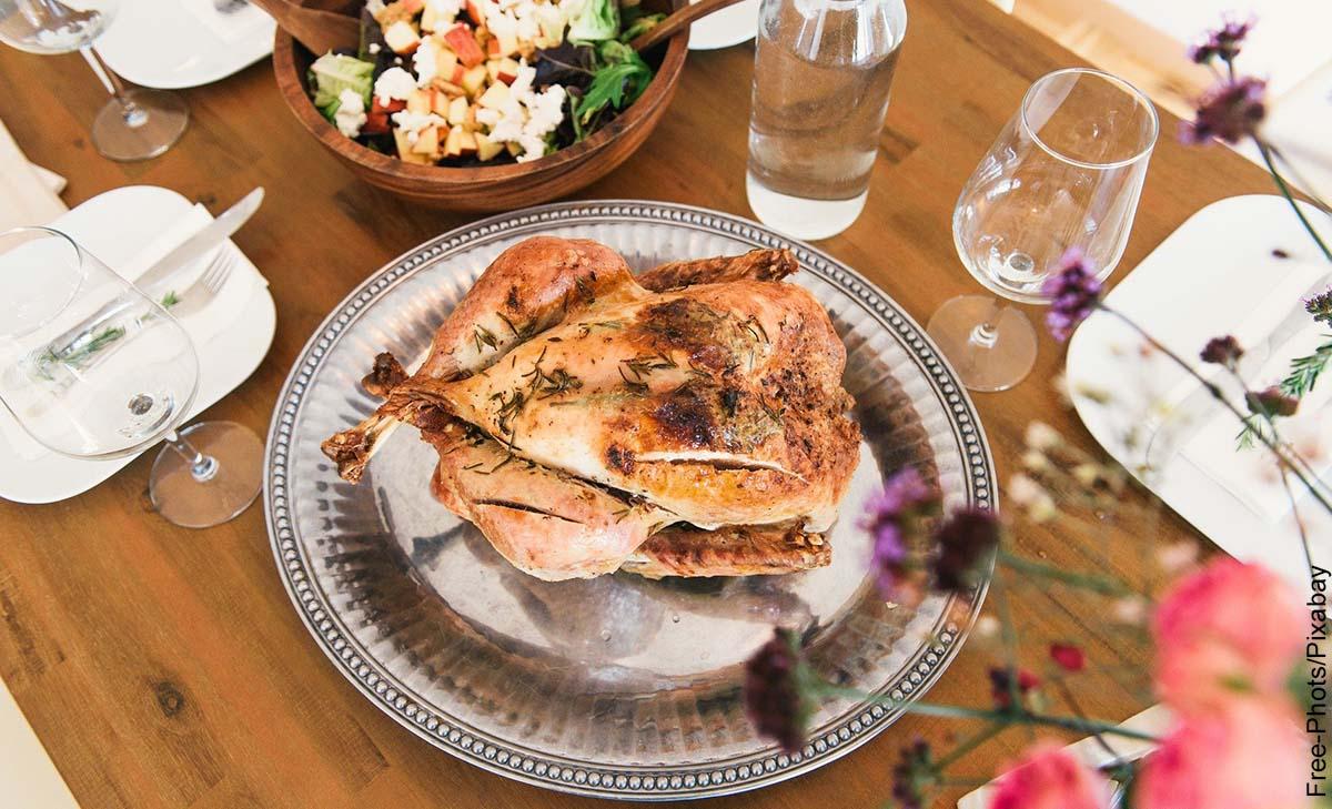 Foto de una bandeja que muestra el pollo asado y su receta