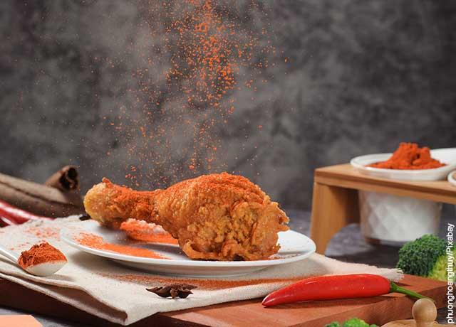 Foto de páprika cayendo a una presa de pollo