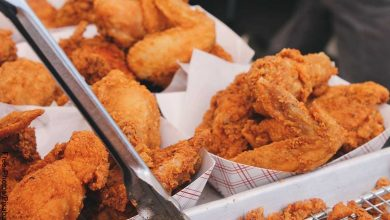 Foto de canastas con presas de pollo que muestran el pollo frito y su receta