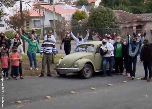 Profesor debió vender su carro y ex alumnos lo compran para devolvérselo