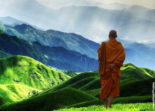 Foto de un monje tibetano en una campo abierto