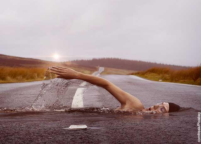 Foto d eun hombre nadando en una vía pública