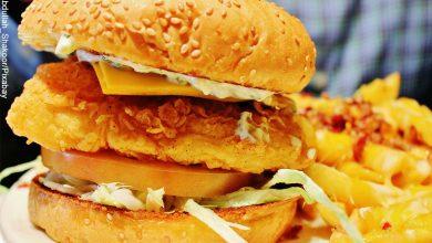 Foto de una hamburguesa con papas que muestra la receta de hamburguesas de pescado