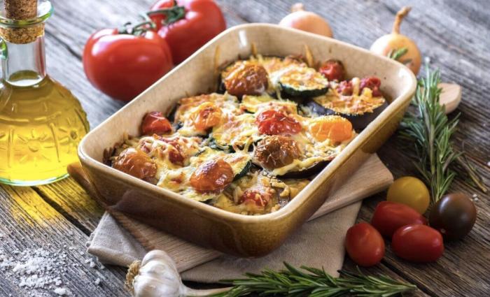 Foto de berenjenas al horno y tomates con miga de pan