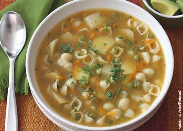 Foto de un plato de sopa de pastas con pollo que muestra las recetas con arvejas