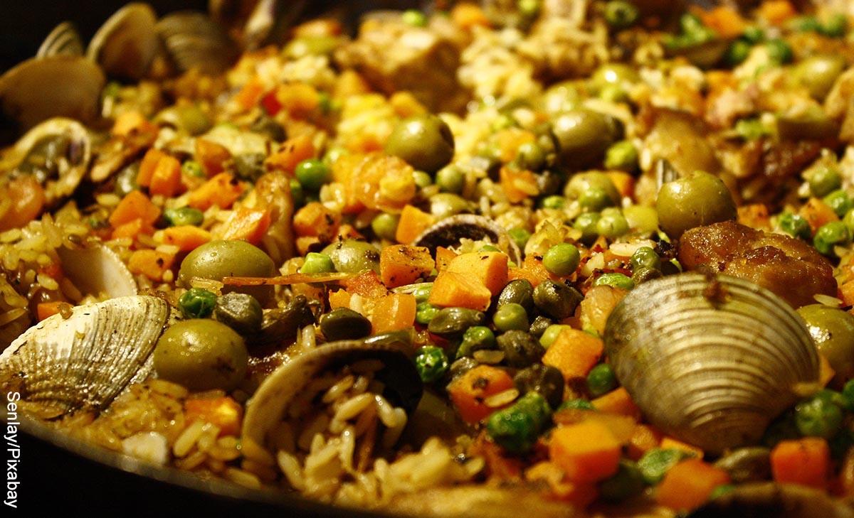 Foto de primer plano de una paella que ilustra las recetas con arvejas