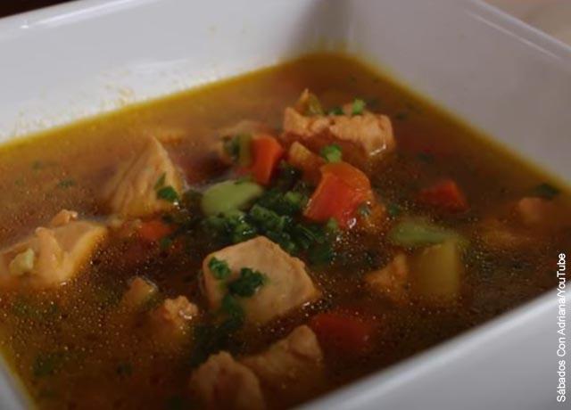 Foto de una sopa de verduras en un plato blanco