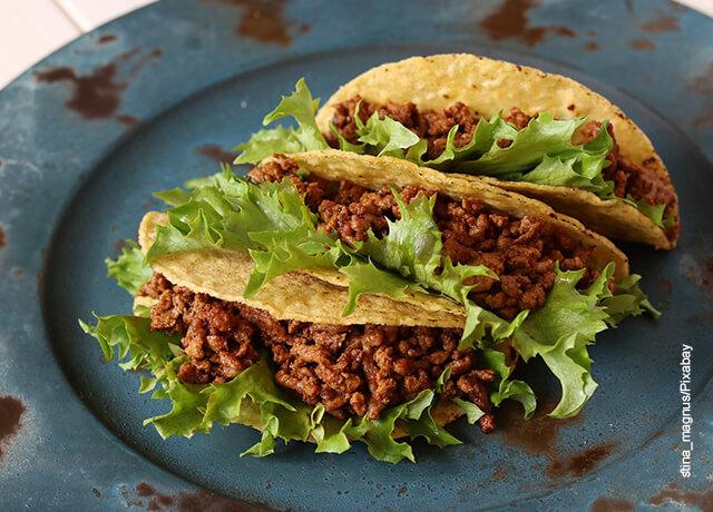 Foto de una orden de tres tacos servidos en un plato azul que muestra las recetas con maíz