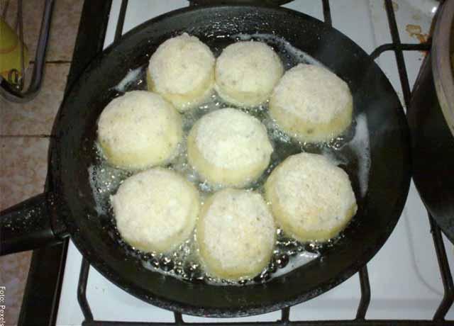 Foto de bolas de masa fritando en una sartén