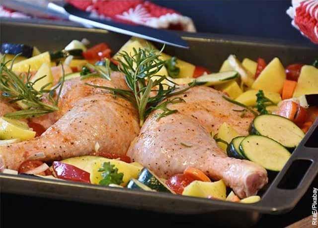 Foto de una fuente con pollo y verduras que muestra las recetas con papas