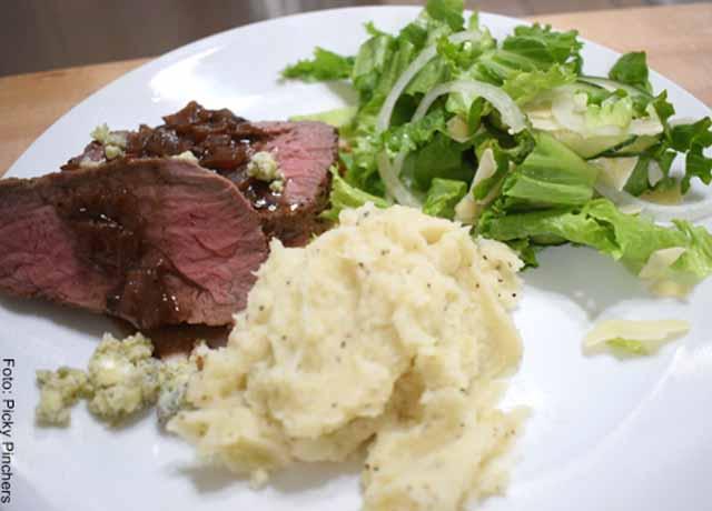 Foto de un plato con verduras y carne asada
