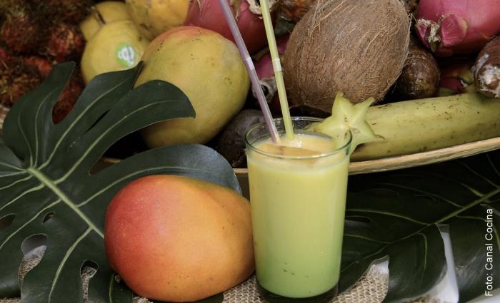 Foto coctel piña, mango y aguacate