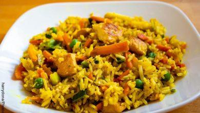 Foto de un plato de arroz con verduras que muestra las recetas con pollo desmenuzado