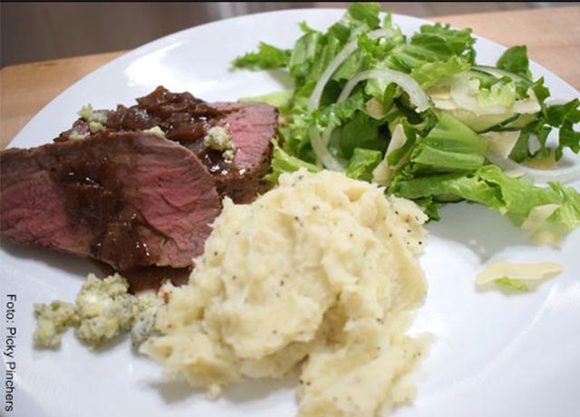 Foto de una plato con puré de papa, carne y verduras que muestra las recetas con queso crema
