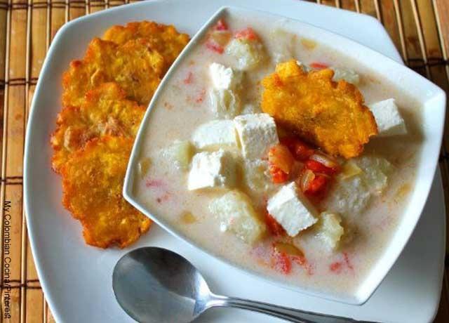 Foto de un platillo de mote de queso con patacón