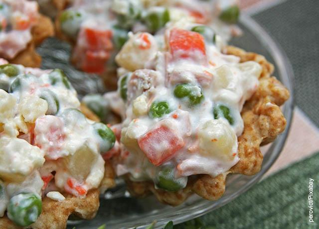 Foto de un bol con ensalada fría y pollo