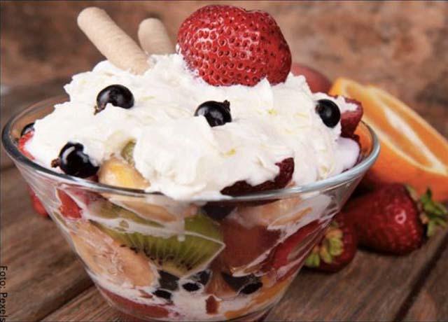 Foto de una ensalada de frutas con crema y helado