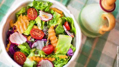 Foto de un plato de verduras y pasta que muestra las recetas de ensaladas colombianas