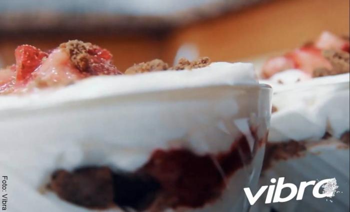 Foto de postre de yogur griego con fresas