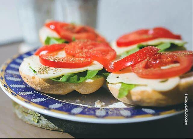 Foto de tapas de sánduches con tomate