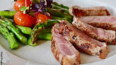 Foto de carne de cerdo con espárragos que muestra las recetas fáciles para cenar