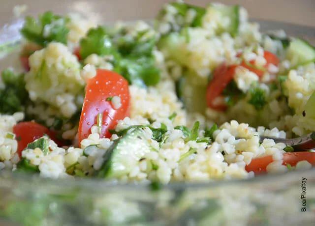 Foto de una ensalada con cuscús y tomates