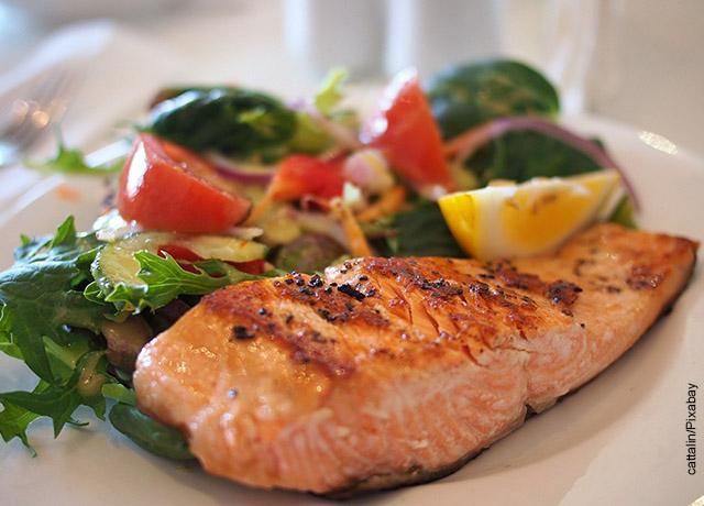 Foto de un plato con una porción de salmón y ensalada