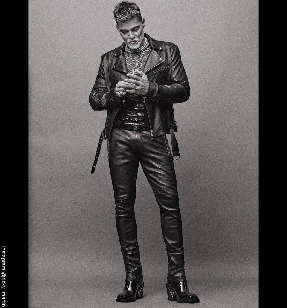 Foto de Ricky Martin con un atuendo más rockero