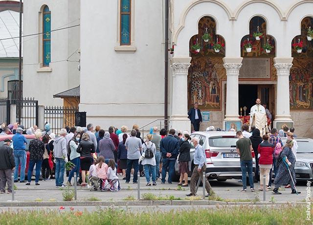 Foto de feligreses fuera de una iglesia que ilustra lo que es soñar con mucha gente