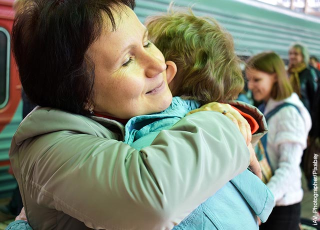Foto de una mujer abrazando a un bebé