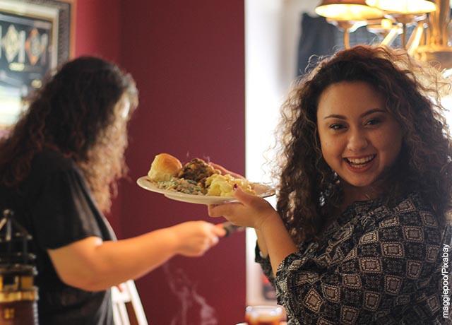 Foto de dos mujeres sonriendo y comiendo