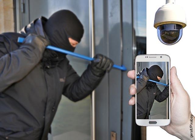 Foto de un hombre siendo filmado mientras roba
