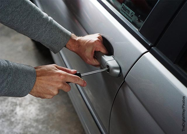 Foto de unas manos abriendo la puerta de un carro que ilustra soñar con robo