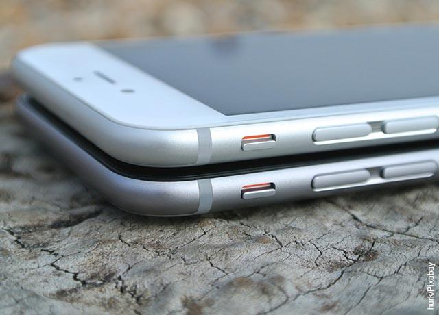 Foto de dos celulares uno sobre otro