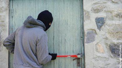Foto de un hombre abriendo una puerta que muestra lo que es soñar con robo