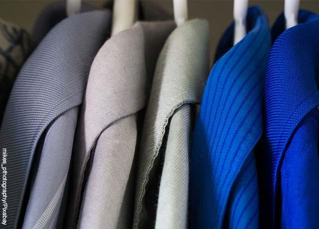 Foto de 4 camisas azules colgadas
