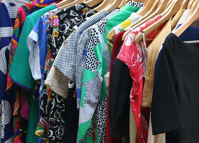 Foto de varias prendas femeninas que muestrasn lo que es soñar con ropa nueva