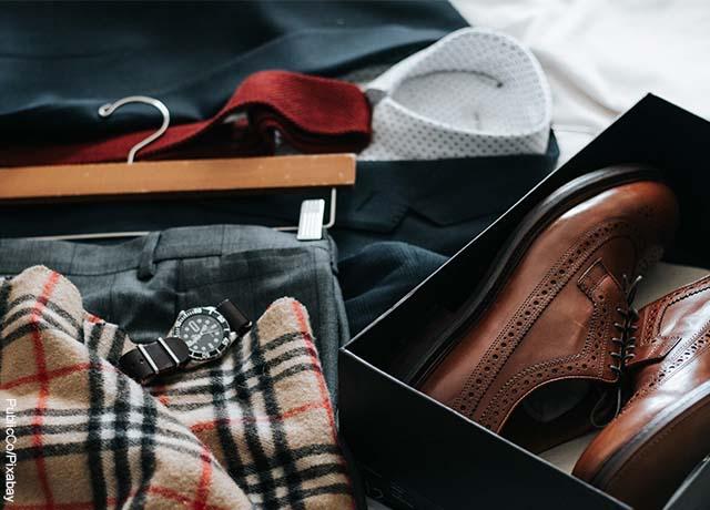 Foto de zapatos, reloj y camisa de hombre