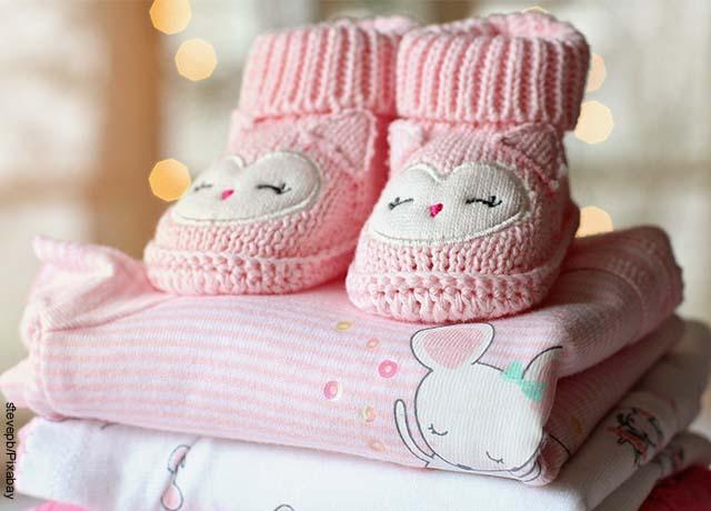 Foto con prendas de vestir de un bebé