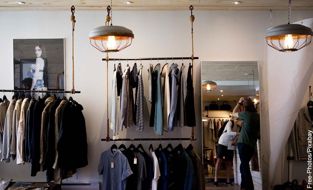 Foto de un ropero de una boutique que muestra lo que significa soñar con ropa nueva
