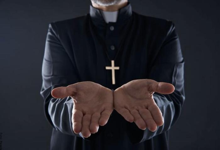 Foto de un sacerdote dando una bendición