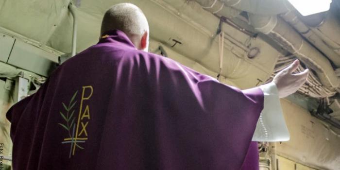 Foto de un sacerdote vestido de morado