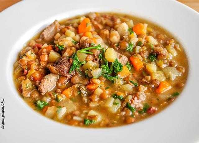 Foto de una sopa de lentejas en un plato blanco