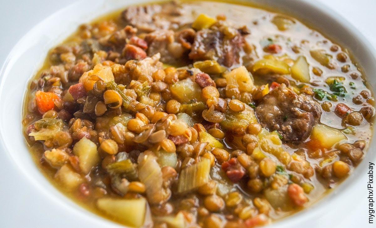 Foto de un plato de sopa de lentejas y su receta