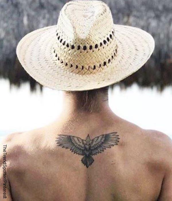 Foto de una persona que muestra un tattoo en la espalda